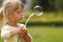 Pequeña muchacha linda con las burbujas de jabón Fotografía de archivo