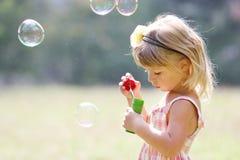 Pequeña muchacha linda con las burbujas de jabón Fotografía de archivo libre de regalías