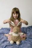 Pequeña muchacha linda con las liebres Imagen de archivo libre de regalías