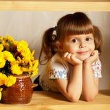 Pequeña muchacha linda con un pote de miel Imágenes de archivo libres de regalías