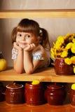 Pequeña muchacha linda con un pote de miel Fotografía de archivo