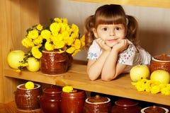 Pequeña muchacha linda con un pote de miel Imagen de archivo libre de regalías