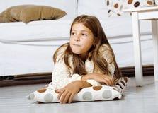 Pequeña muchacha linda en casa que sonríe Imagen de archivo libre de regalías