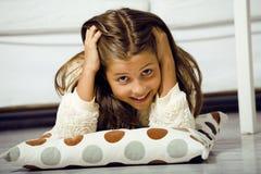 Pequeña muchacha linda en casa que sonríe Imagenes de archivo