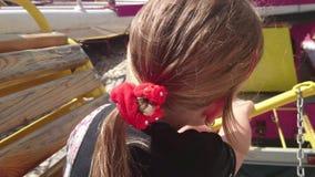 Pequeña muchacha linda en la atracción del funfair Carrusel del Funfair Muchacha feliz alegre que grita durante paseo del carruse almacen de video