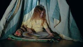Pequeña muchacha linda en tienda de la tienda de los indios norteamericanos por la tarde del dormitorio metrajes