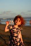 Pequeña muchacha linda feliz del pelirrojo en la playa de Bali Puesta del sol foto de archivo