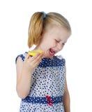 Pequeña muchacha linda que come el limón fresco fotografía de archivo libre de regalías