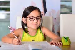 Pequeña muchacha linda que hace la preparación Imagen de archivo libre de regalías