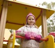 Pequeña muchacha linda que juega afuera en patio Fotos de archivo libres de regalías