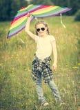 Pequeña muchacha linda que presenta con una cometa Fotografía de archivo libre de regalías