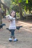 Pequeña muchacha linda que sostiene el oso de peluche imágenes de archivo libres de regalías