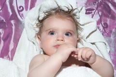 Pequeña muchacha mojada después del baño fotos de archivo