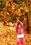 Pequeña muchacha que disfruta de la naturaleza Foto de archivo