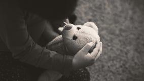 Pequeña muchacha que juega con el juguete del oso Imagen de archivo libre de regalías