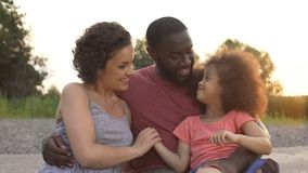Pequeña muchacha que mira a los padres con amor, familia armoniosa feliz juntos foto de archivo libre de regalías