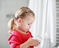 Pequeña muchacha que se lava las manos fotos de archivo libres de regalías