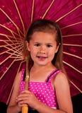 Pequeña muchacha que sostiene un paraguas imágenes de archivo libres de regalías
