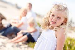 Pequeña muchacha rubia adorable que se divierte en la playa fotos de archivo libres de regalías