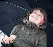 Pequeña muchacha rubia con el paraguas Fotografía de archivo