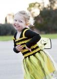 Pequeña muchacha rubia en el traje de la abeja que baila al aire libre Imágenes de archivo libres de regalías