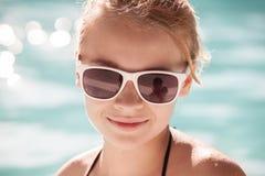 Pequeña muchacha rubia en gafas de sol, retrato del primer Foto de archivo