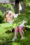 Pequeña muchacha rubia en naturaleza Imagen de archivo libre de regalías