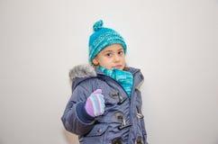 Pequeña muchacha rubia en un día de invierno Fotografía de archivo libre de regalías