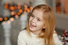 Pequeña muchacha rubia hermosa con los ojos azules que sonríe en nuevo YE fotos de archivo libres de regalías