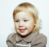 Pequeña muchacha rubia linda aislada en smili feliz del fondo blanco Imágenes de archivo libres de regalías