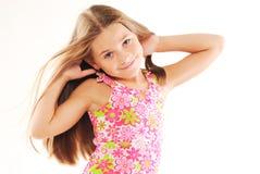 Pequeña muchacha rubia que juega con su pelo Fotos de archivo libres de regalías