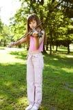 Pequeña muchacha rubia que juega en el parque foto de archivo