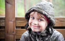 Pequeña muchacha rubia sonriente en una chaqueta ocasional Imagen de archivo libre de regalías