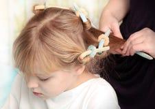 Pequeña muchacha rusa rubia con los bigudíes en el pelo Fotos de archivo