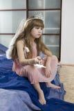 Pequeña muchacha seria en alas del ángel Imagen de archivo libre de regalías