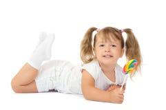 Pequeña muchacha sonriente con el lollipop fotografía de archivo