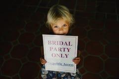 Pequeña muchacha sonriente en el día de boda Foto de archivo libre de regalías