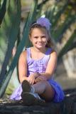 Pequeña muchacha sonriente en jardín tropical Foto de archivo