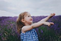 Pequeña muchacha sonriente en lavanda Fotografía de archivo libre de regalías