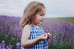 Pequeña muchacha sonriente en lavanda Imagen de archivo libre de regalías