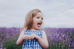 Pequeña muchacha sonriente en lavanda Foto de archivo libre de regalías