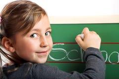 Pequeña muchacha sonriente en una tarjeta Imagenes de archivo