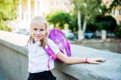 Pequeña muchacha sonriente hermosa en una calle de la ciudad del fondo Fotografía de archivo libre de regalías