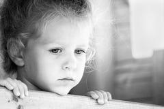 Pequeña muchacha triste Serie blanco y negro Imagenes de archivo