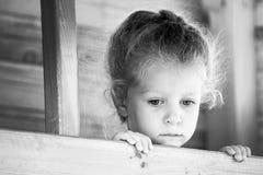 Pequeña muchacha triste Serie blanco y negro Imagen de archivo