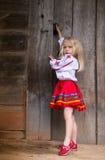 Pequeña muchacha ucraniana cerca de la puerta de madera Fotografía de archivo libre de regalías