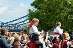 Pequeña muchacha y muchacho que disfrutan de día polaco cerca del puente de la torre Fotos de archivo