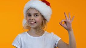 Pequeña muestra sonriente de la autorización de la demostración del niño de santa y guiño en descuentos del día de fiesta de la c almacen de video