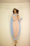 Pequeña mujer linda en estatua del vestido Imágenes de archivo libres de regalías