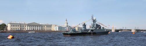 Pequeña nave antisubmarina Kazanec en las aguas del río Nev Foto de archivo libre de regalías